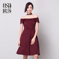 限时抢欧莎秋冬新款女装一字肩时尚潮女酒红色连衣裙D13038