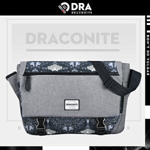 DRACONITE潮牌印花斜挎包男式夏蝙蝠怪兽包盖锁扣大单肩包12034A